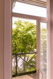 Ansicht von der offenen Balkontür Stockfoto