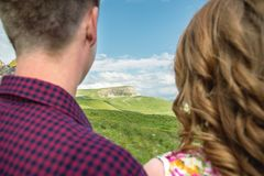 Ansicht von der Rückseite eines jungen Paares, das den Abstand untersucht Stockfoto