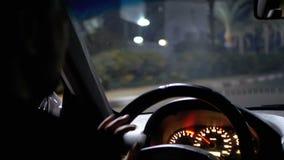 Ansicht von der Rückseite eines Taxifahrers in Ägypten, das um die Urlaubsstadt nachts reitet stock video