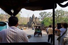 Ansicht von der Rückseite eines TukTuk, wie es um Angkor fährt stockfoto