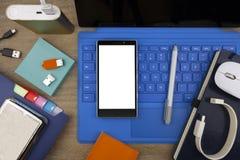 Ansicht von der Spitze auf Smartphone, Tabletten-PC, Anmerkungen, elektronischen Geräten und Bürozubehör lizenzfreies stockfoto