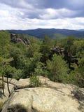 Ansicht von der Spitze der Klippen zum dichten Kiefernwald und zum mou Stockbilder