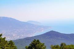 Ansicht von der Spitze des Ai-Petri-Berges zu den Steigungen der Berge und der Schwarzmeerküste Krim lizenzfreies stockbild