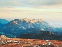Ansicht von der Spitze des alpinen Berges der Berge herum Frühling in den Bergen Lizenzfreie Stockbilder