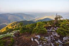 Ansicht von der Spitze des Berges auf der Bank Lizenzfreie Stockfotografie