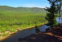 Ansicht von der Spitze des Berges zum River Valley RAUM FÜR BEDECKUNGSschlagzeile UND TEXT wildnis Russland, Ostsibirien Der Flus Lizenzfreie Stockfotos