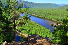 Ansicht von der Spitze des Berges zum River Valley RAUM FÜR BEDECKUNGSschlagzeile UND TEXT wildnis Russland, Ostsibirien Der Flus Stockfotografie