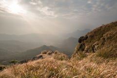 Ansicht von der Spitze des Standpunkts an Phu-Chi-Fa in Chiang Rai, Tha lizenzfreie stockfotografie