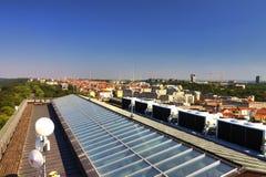Ansicht von der Spitze des Vitkov-Denkmals auf der Prag-Landschaft und dem Denkmaldach Lizenzfreie Stockfotografie