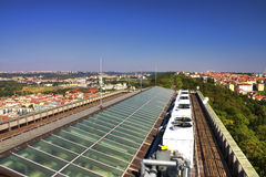 Ansicht von der Spitze des Vitkov-Denkmals auf der Prag-Landschaft und dem Denkmaldach Stockbild