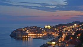 Ansicht von der Spitze Dubrovnik-Hafens und -Stadtmauern lizenzfreies stockfoto