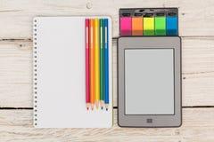 Ansicht von der Spitze: ebook, Notizbuch und farbige Bleistifte Stockfoto