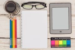 Ansicht von der Spitze: ebook, Notizbuch und farbige Bleistifte Lizenzfreie Stockfotografie
