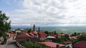 Ansicht von der Spitze eines malerischen Alazani-Tales Sighnaghi, Georgia Panoramablick auf der Stadt-Landschaft stock video