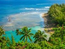 Ansicht von der Spitze: Sonnen- und Palmen, Insel Lizenzfreies Stockbild