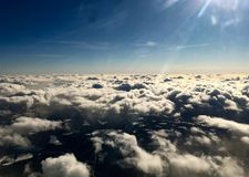 Ansicht von der Spitze zu vielen Wolken im Himmel Lizenzfreie Stockfotografie