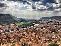 Ansicht von der Spitze zum Meer in Bosa, Sardinien lizenzfreie stockbilder