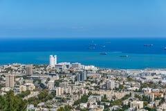 Ansicht von der Spitze zur Stadt von Haifa in Israel und im Hafen zur Frühlingszeit stockfoto