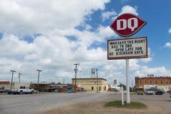Ansicht von der Stadt von Nixon im Bundesstaat Texas, USA, mit einem Verkehrsschild für ein Abendessen im Vordergrund Stockfotos