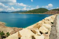 Ansicht von der Straße über der Verdammung zum hohen Insel-Reservoir bei Hong Kong Global Geopark, Hong Kong, China stockfoto