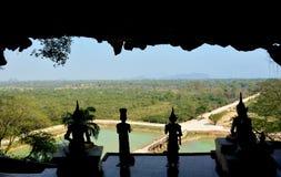 Ansicht von der Terrasse von Yathaypyan-Höhle zu den umgebenden Räumen Stockfotos