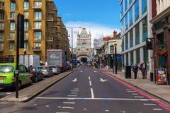Ansicht von der Turm-Brücken-Straße zur Turm-Brücke in London, Großbritannien Lizenzfreie Stockfotografie