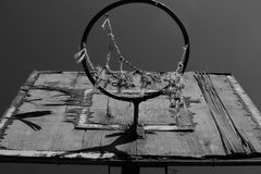 Ansicht von der Unterseite auf dem alten, hölzernen Basketballkreis und dem Netz, Schwarzweiss Lizenzfreies Stockbild