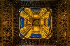 Ansicht von der Unterseite des Eiffelturms Stockfotos