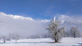 Ansicht von Dolomit-Bergen, blauer Himmel, weißer Nebel Lizenzfreie Stockbilder