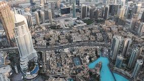 Ansicht von Dubai: ein Hotel, Wolkenkratzer, der und zweistöckigen Arabisch-ähnlichen Gebäude von einer Panoramasicht stock footage