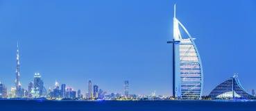 Ansicht von Dubai-Skylinen bis zum Nacht