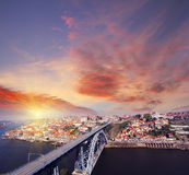 Ansicht von Duero-Flussufer und von Dom Luiz-Brücke Porto Portugal Stockfotografie