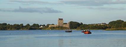 Ansicht von Dunguaire-Schloss in der Grafschaft Galway lizenzfreies stockbild