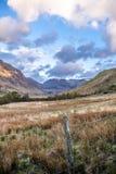 Ansicht von Durchlauf Nant Ffrancon an Nationalpark Snowdonia, mit Berg Tryfan im Hintergrund Gwynedd, Wales, Vereinigtes Königre Lizenzfreie Stockbilder