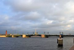 Ansicht von Dvortsovy-Brücke über dem Neva-Fluss Stockfotografie