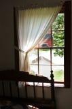 Ansicht von einem amischen Schlafzimmerfenster Stockfotos