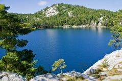 Ansicht von einem blauen See Lizenzfreie Stockbilder