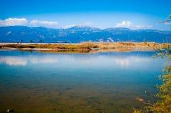 Ansicht von einem blauen See Stockfoto
