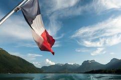 Französische Flagge auf dem Annecy See Lizenzfreies Stockfoto