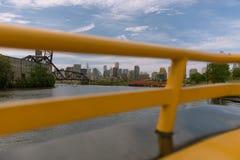 Ansicht von einem Chicago vom Wassertaxi stockbild