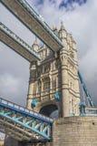 Ansicht von einem der Türme der London-Brücke, England Lizenzfreies Stockfoto