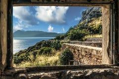 Ansicht von einem Fenster der Ruinen des Leuchtturmes von Capo Zaffer Stockbild