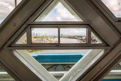 Ansicht von einem Fenster des hochrangigen Gehwegs der Turm-Brücke in London, Großbritannien Lizenzfreies Stockfoto