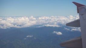 Ansicht von einem Flugzeugfenster auf den Bergen stock footage