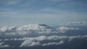 Ansicht von einem Flugzeugfenster auf den Bergen stock video