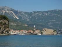 Ansicht von einem Meer, alten Stadt Budva und von Bergen hinten, Montenegro lizenzfreie stockfotos