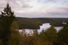 Ansicht von einem See Ein kleiner See umgeben durch Wald stockbild