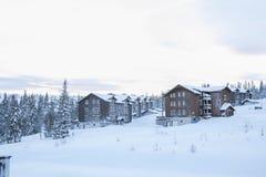 Ansicht von einem Skifahrenerholungsort lizenzfreie stockfotos