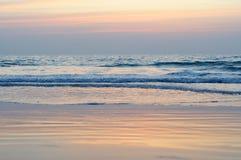 Ansicht von einem Strand auf einem Sonnenuntergang über dem Ozean Küste von Indien Lizenzfreies Stockbild