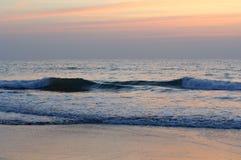 Ansicht von einem Strand auf einem Sonnenuntergang über dem Ozean Küste von Indien, der Indische Ozean Stockfotos